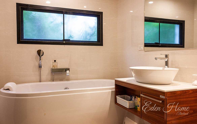 EHS-250 Master Bathroom Bathtub and Sink